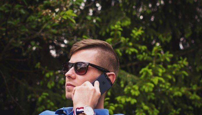 Парень разговаривает по телефону