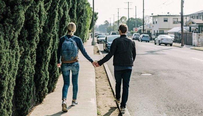 Пара гуляет по улице