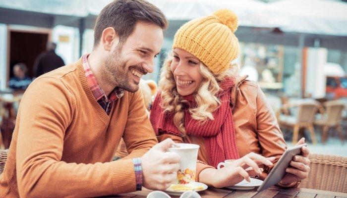 Пара общается в кафе