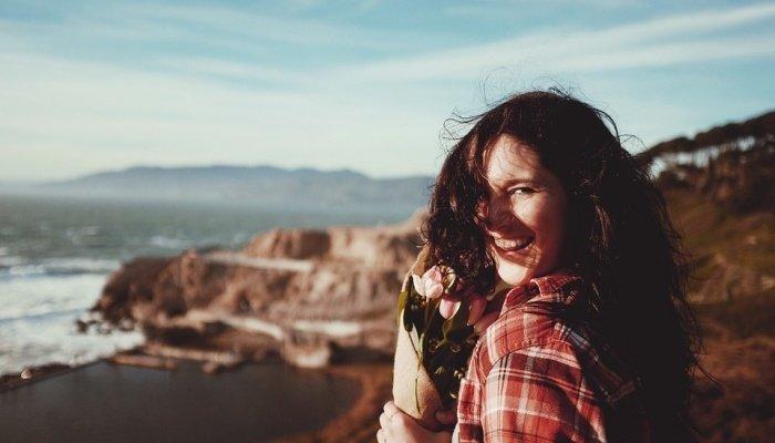 девушка с цветами смеётся