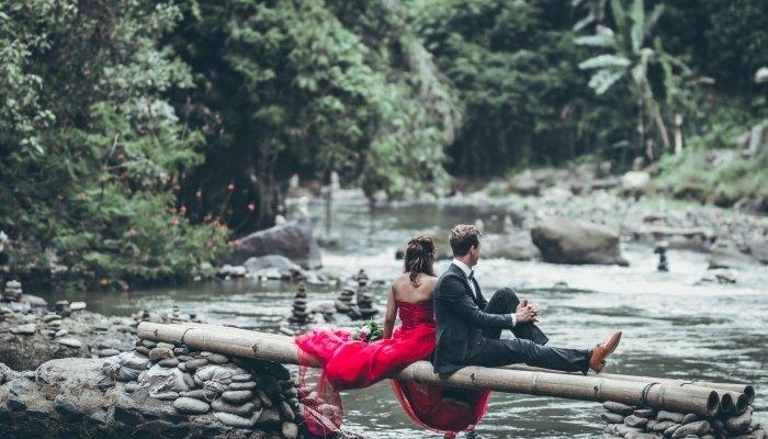 Красивая пара сидит на бамбуке