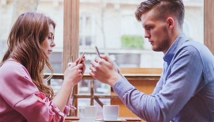 Парень и девушка сидят в кафе