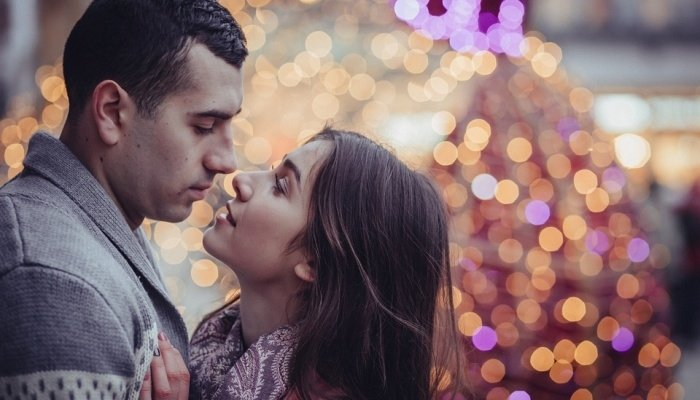 девушка собирается поцеловать парня