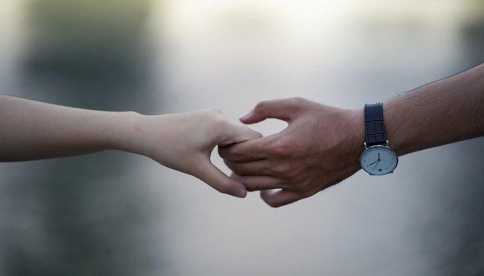 девушка и парень держатся за руки