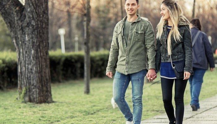 Пара гуляет по парку