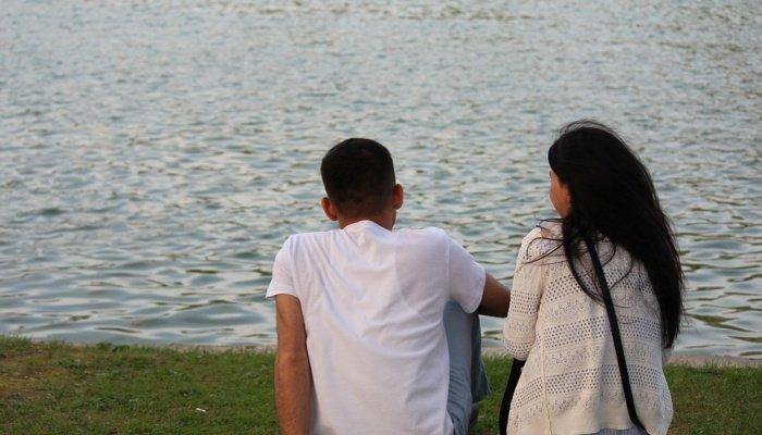Пара сидит у реки