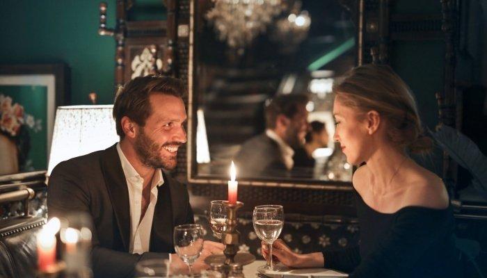 Красивая пара в ресторане