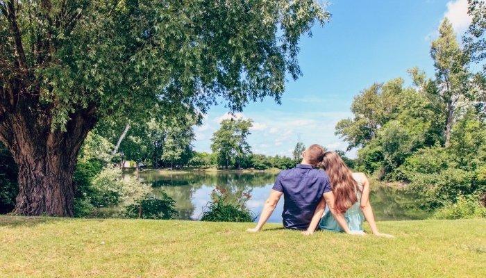 Девушка и парень на берегу озера