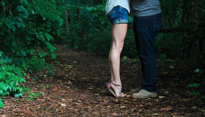 Девушка тянется к парню для поцелуя