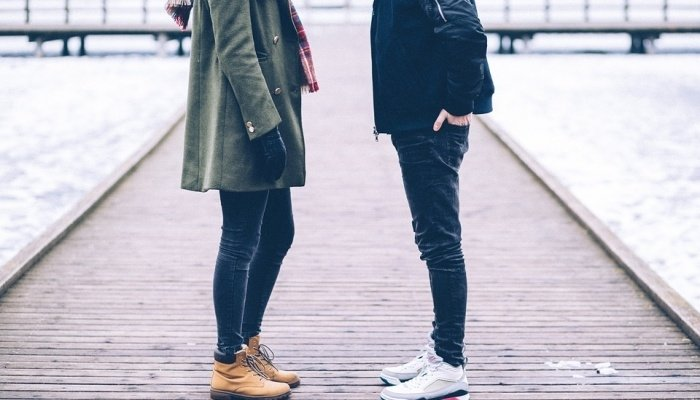 парень и девушка общаются