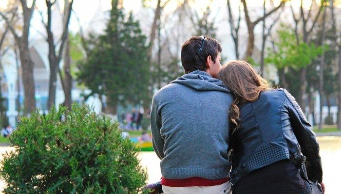 Девушка отдыхает на плече у парня