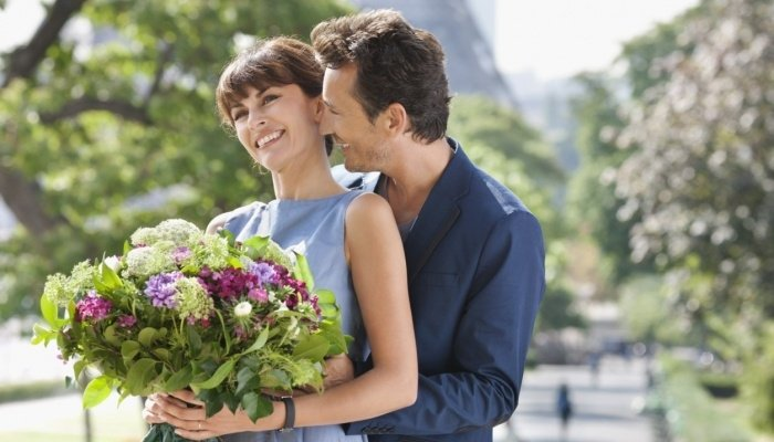 Парень подарил цветы девушке