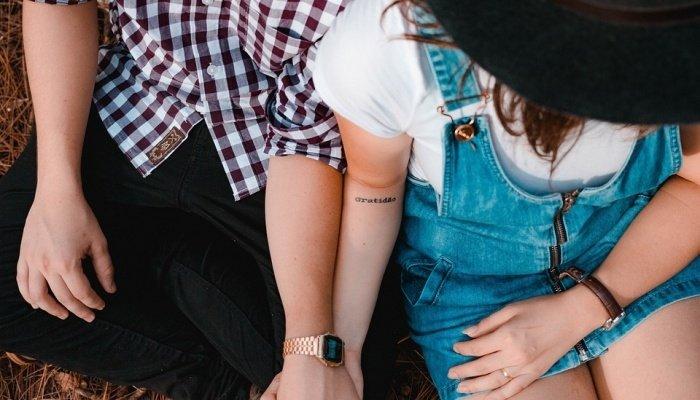 Пара отдыхает и держится за руки